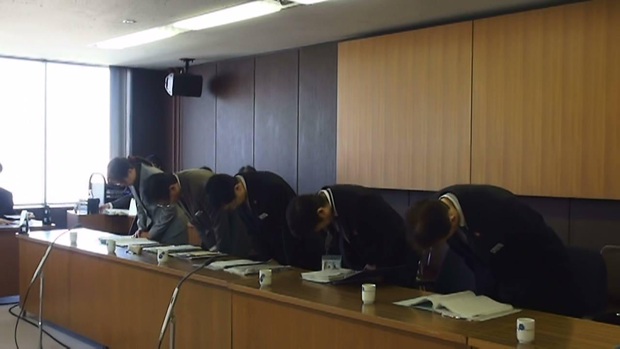 議会で陳謝する札幌市幹部。左が池田市民まちづくり局長。写真提供:やまと新聞社