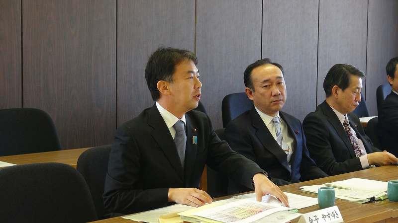 上田市長に事件の真相を質す金子、写真提供:やまと新聞社