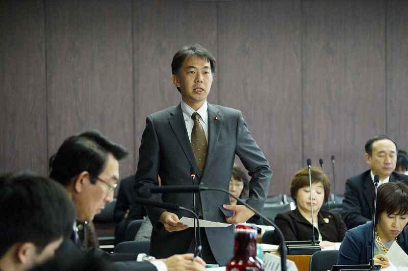 札幌市内の歴史的埋蔵物について質問する金子