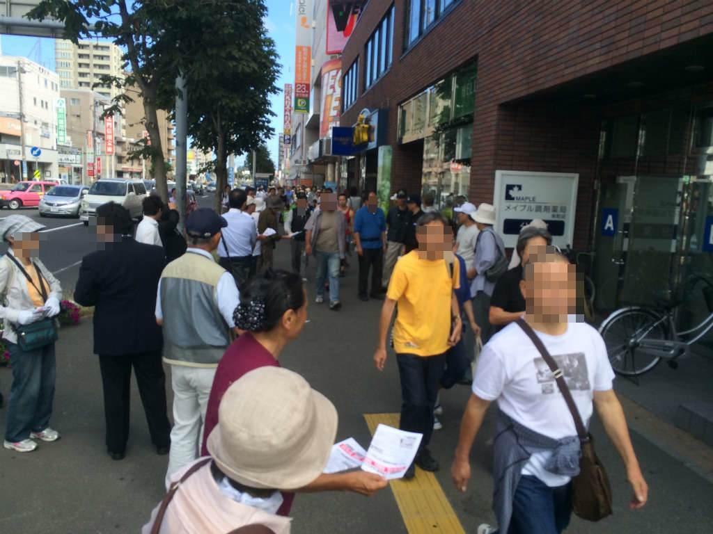 丘珠空港のオスプレイ展示に反対ビラを配る活動家。しかし見学客はみな無視の構え (平成26年7月20日、地下鉄栄町駅前にて)